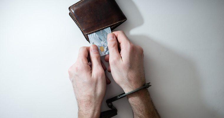 кому сложнее получить кредит