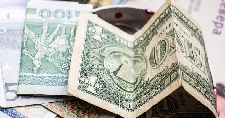 Четыре месяца снимают крупные суммы в долларах