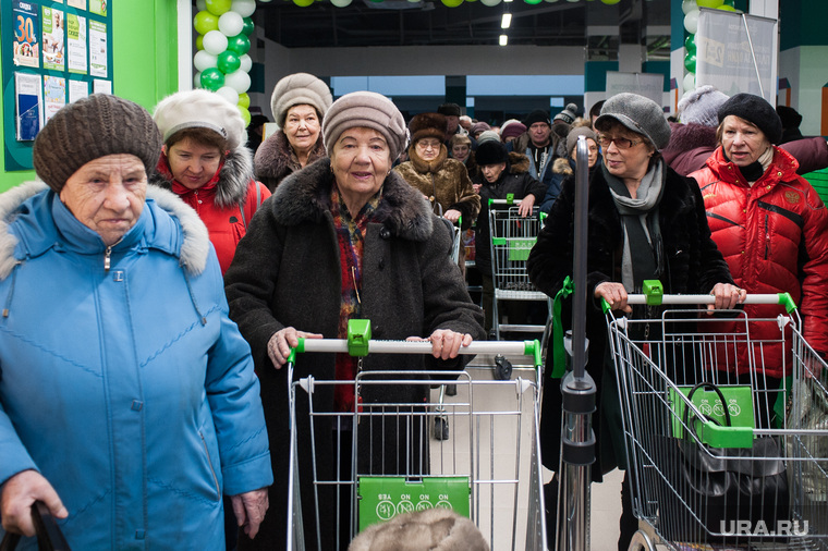 Сотни горожан столпились у супермаркета во время карантина. ВИДЕО