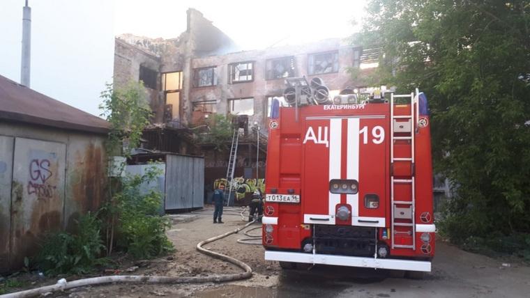 В крупнейшем районе Екатеринбурга горит центр культуры. ФОТО