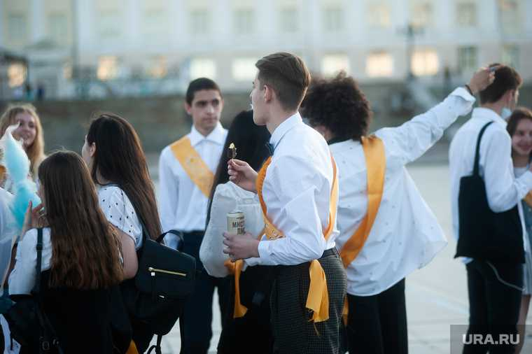 Российским школьникам хотят устроить очный выпускной