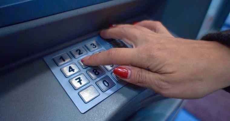 Россиян предупредили о рисках при снятии наличных в банкоматах