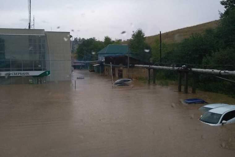 Соцсети заполнили кадры жуткого потопа в уральском городе. «У меня гараж уплыл со снегоходом». ВИДЕО