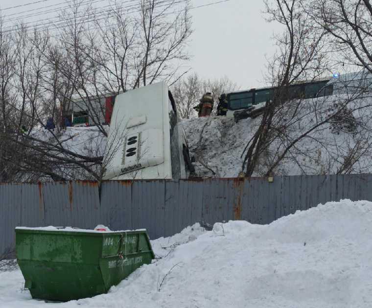 В Челябинске автобус столкнулся с трактором и упал с моста. Фото, видео