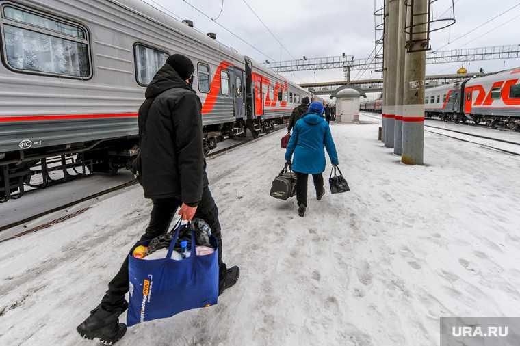 Жители ЯНАО замерзают в ожидании поездов. РЖД закрыли кассу. Харп