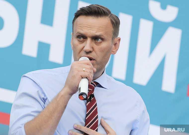 Навальный слушает гимн