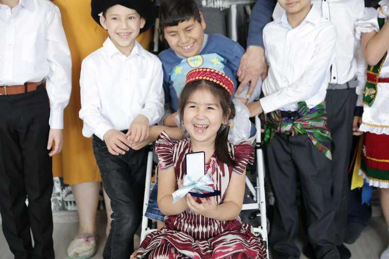 Свердловская семья с 8 детьми получила квартиру в подарок