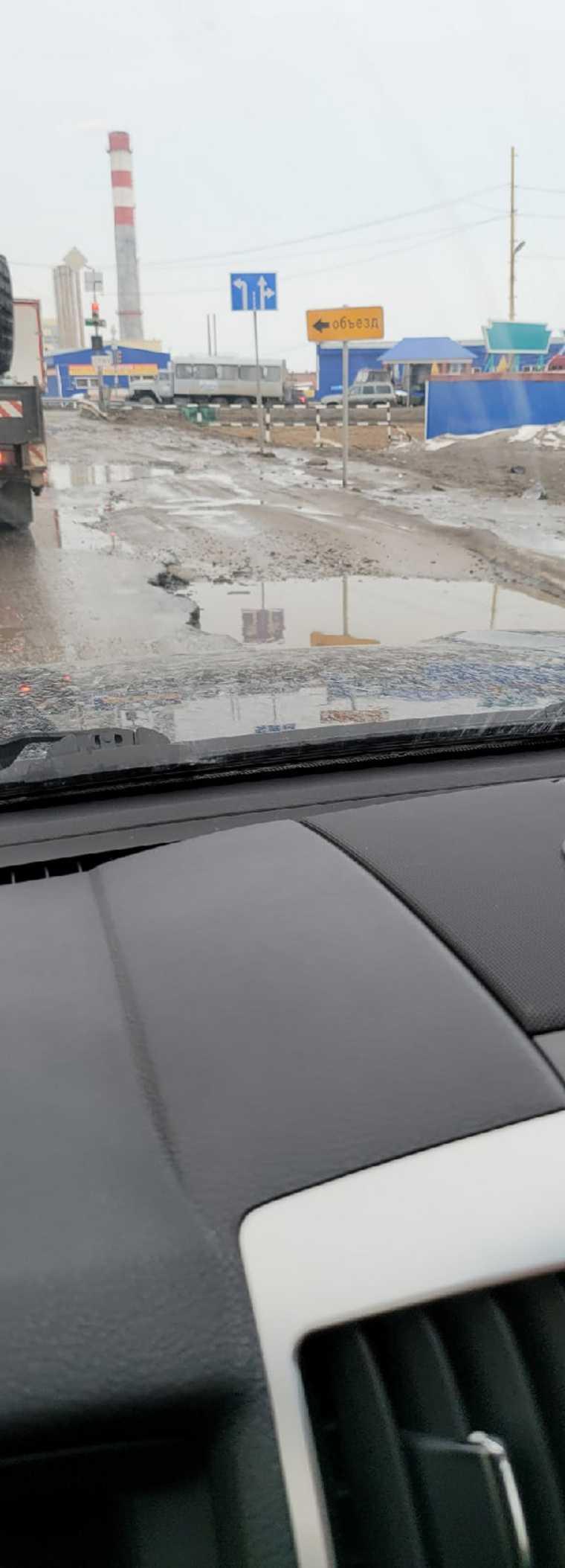 Через два дня после ремонта на дороге в ЯНАО образовались выбоины. Фото