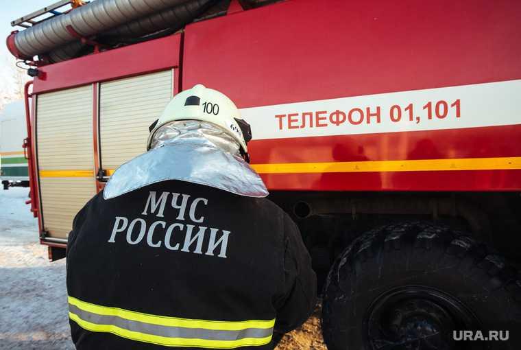 Крупный пожар произошел на заводе на юге России