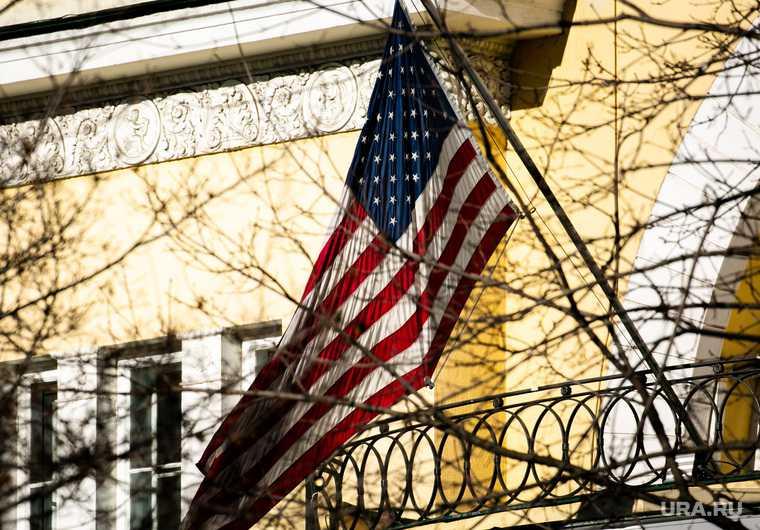 Посол США в Москве выехал с багажом из резиденции