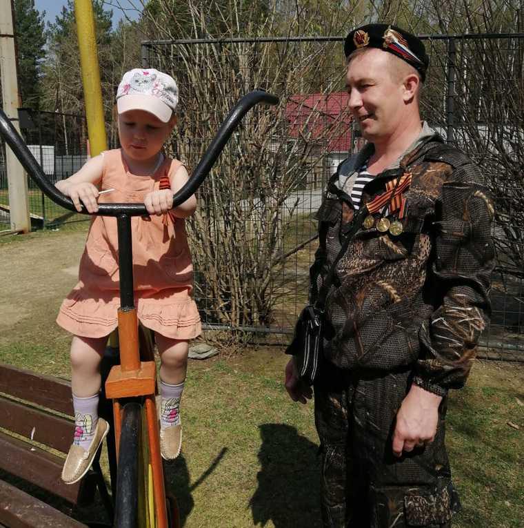 В свердловском городе ветеран объявил голодовку на площади. Фото