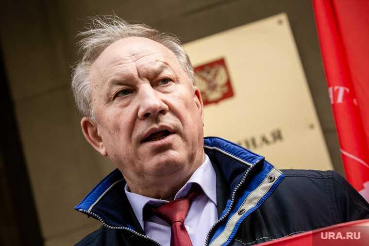 Коммунисты из КПРФ во подают обращение в администрацию президента. Москва